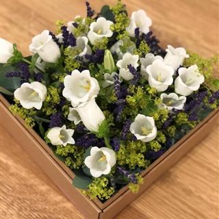 Elegante Blütenbox mit Lavendelduft in der Baumschule Graz - Elegante Blumenbox Prag Einde duftende Blumenbox mit Lavendel und natürlichen Blumen arrangiert   Blumenbox Prag Abmessung ca. 21,5 x 21,5 cm   Abbildung ähnlich je nach Verfügbarkeit und Jahreszeit.