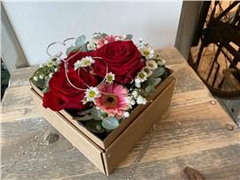 Romantische Rosenwolke in der Baumschule Graz - Für Dich Blumenbox Graz Ein bunter Blumentraum in rot und rosa!      Blumenbox Graz Abmessung ca. 15 x 15cm   Abbildung ähnlich je nach Verfügbarkeit und Jahreszeit.