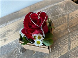 Rose mit Stahlherz in der Baumschule Graz - Kleine Blumenbox Lieboch Rote Rose mit einem Herz aus Stahl!      BlumenboxLieboch Abmessungen ca.7x 7cm   Abbildung ähnilch je nach Verfügbarkeit und Jahreszeit.