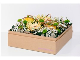 Stimmungsvoller Blumentanz in der Baumschule Graz - Stimmungsvolle Blumenbox Paris Blüten im Verlauf vonWeiß, Creme bis Grün, mit spielerischen Ranken.      Blumenbox Paris Abmessungen ca. 27 x 27 cm.   Abbildung ähnlich je nach Verfügbarkeit und Jahreszeit.