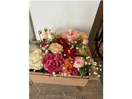 Elegante Blütenbox in Rosen in der Baumschule Graz - Elegante Rosenbox Prag Eine Creation von verschiedenen Rosen mit Lavendelduft!   Blumenbox Prag Abmessung ca. 21,5 x 21,5 cm   Abbildung ähnlich je nach Verfügbarkeit und Jahreszeit.