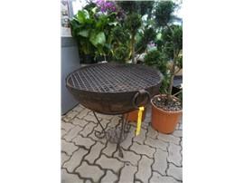 handgefertigte Feuerschale aus Eisen 60 cm, mit niedrigem Ständer und Grillrost im Gartencenter Graz - Gartenplanung Steiermark