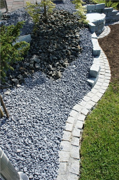 rasenkante aus granitw rfel f r ihren wohlf hlgarten in. Black Bedroom Furniture Sets. Home Design Ideas