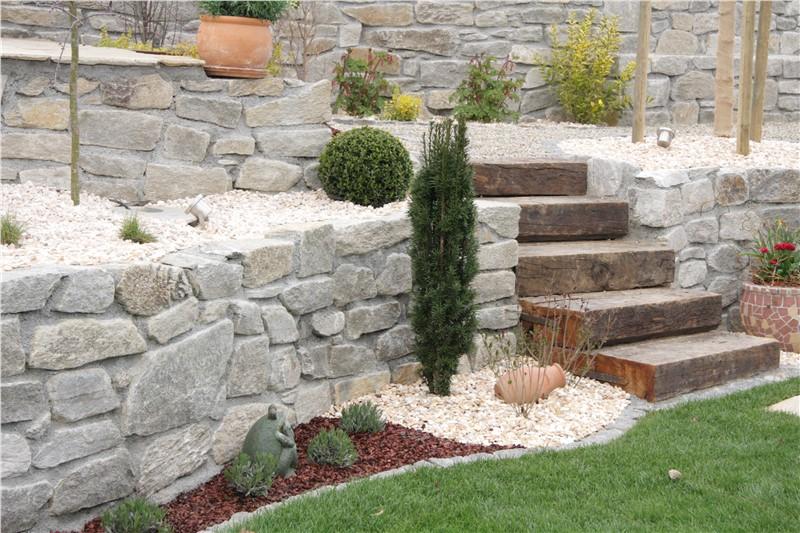 Natursteinmauerwerk aus voggenberger quarzit f r ihren for Gartengestaltung mauer